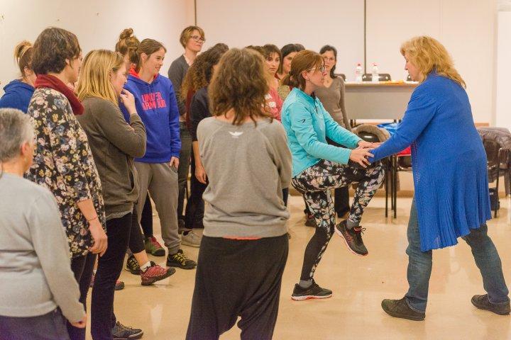 Èxit de participació en el taller d'autodefensa feminista